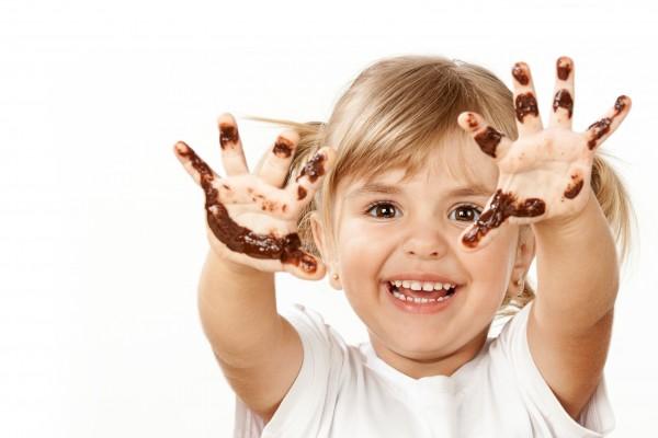 czekolada, dziecko, brudne ręce. Fot. Fotolia/EDIPRESSE